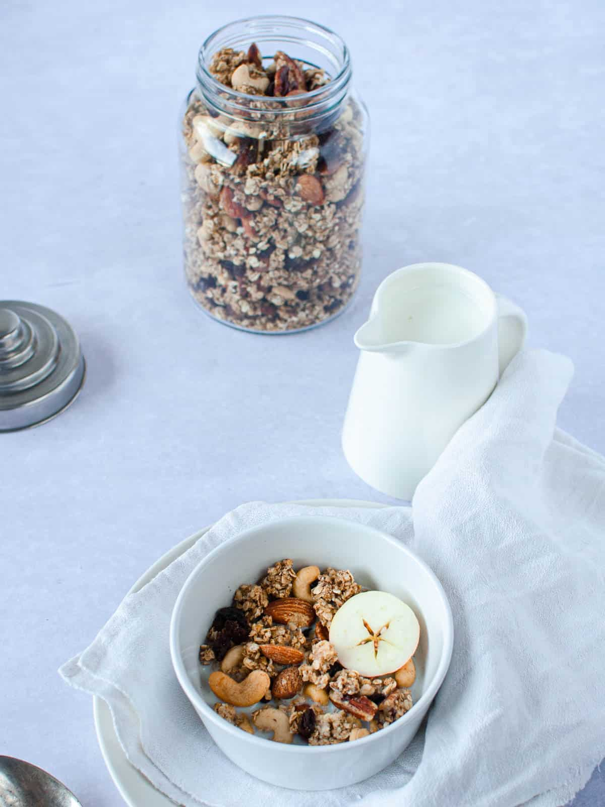 Hearty granola is a beautyful way to start e new day. It's packed with fiber and proteins.