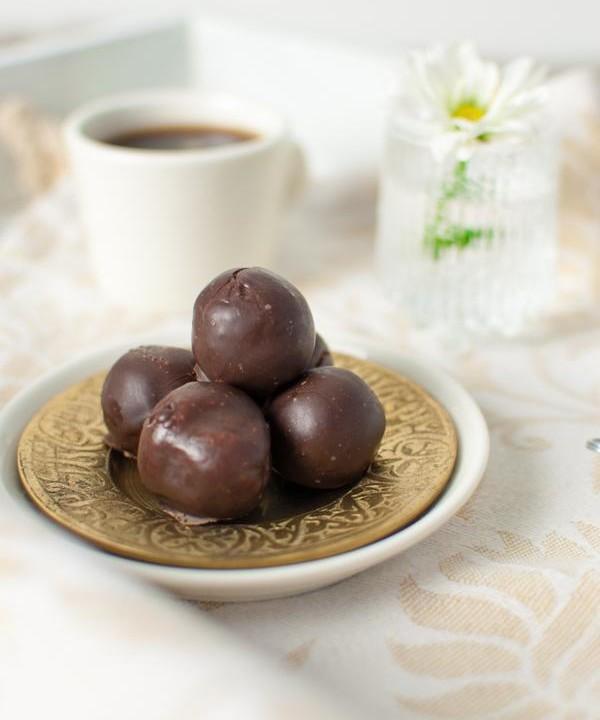 Piparitaikinatryffelit on kuorrutettu suklaalla. Katso resepti.