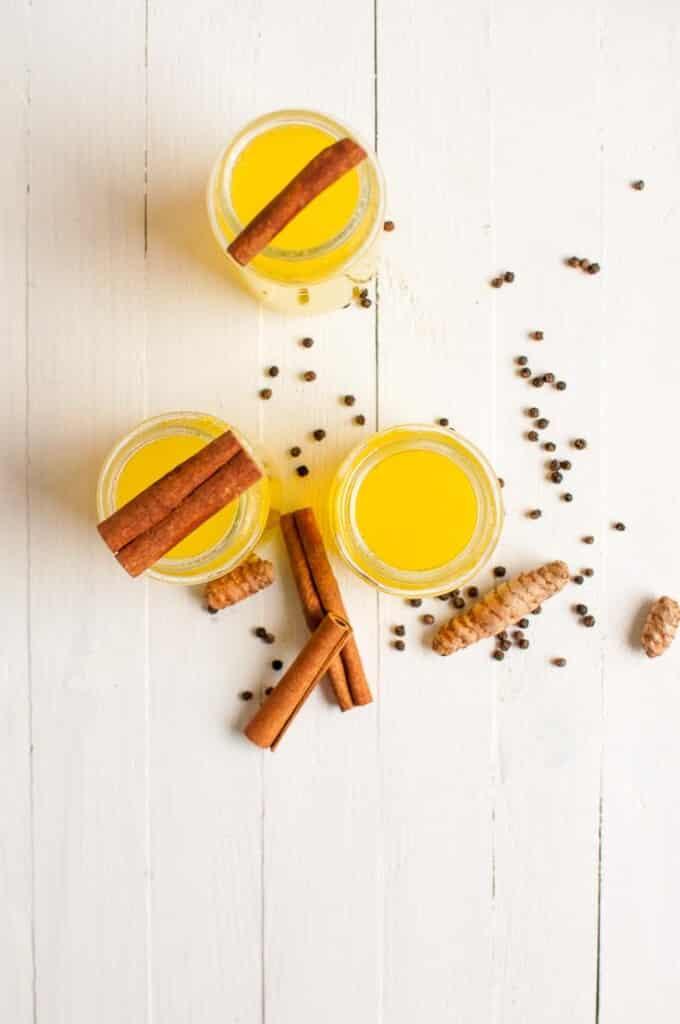 Prepara una bevanda forte alla curcuma e allo zenzero per scongiurare l'influenza e leggi gli effetti sulla salute della curcuma.