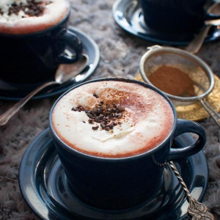 Pinkin sävyinen mausteinen punajuurikaakao lämmittää ihanasti. Katso resepti blogista.