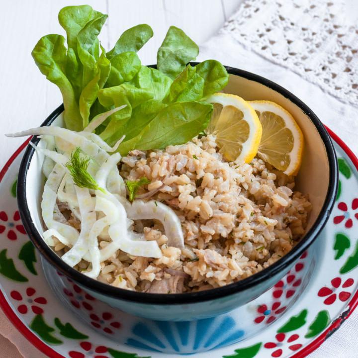 Helppo klassikko, tonnikalariisisalaatti saa lisää makua fenkolista ja sitruunasta.