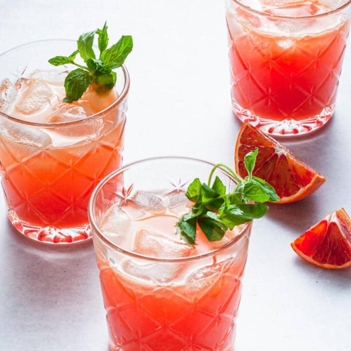 Kolme lasia rommi-appelsiinidrinkkiä