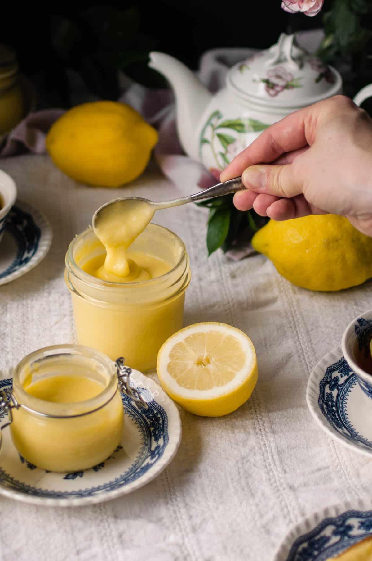 Sokeritonta sitruunatahnaa nostetaan lusikalla lasipurkista.