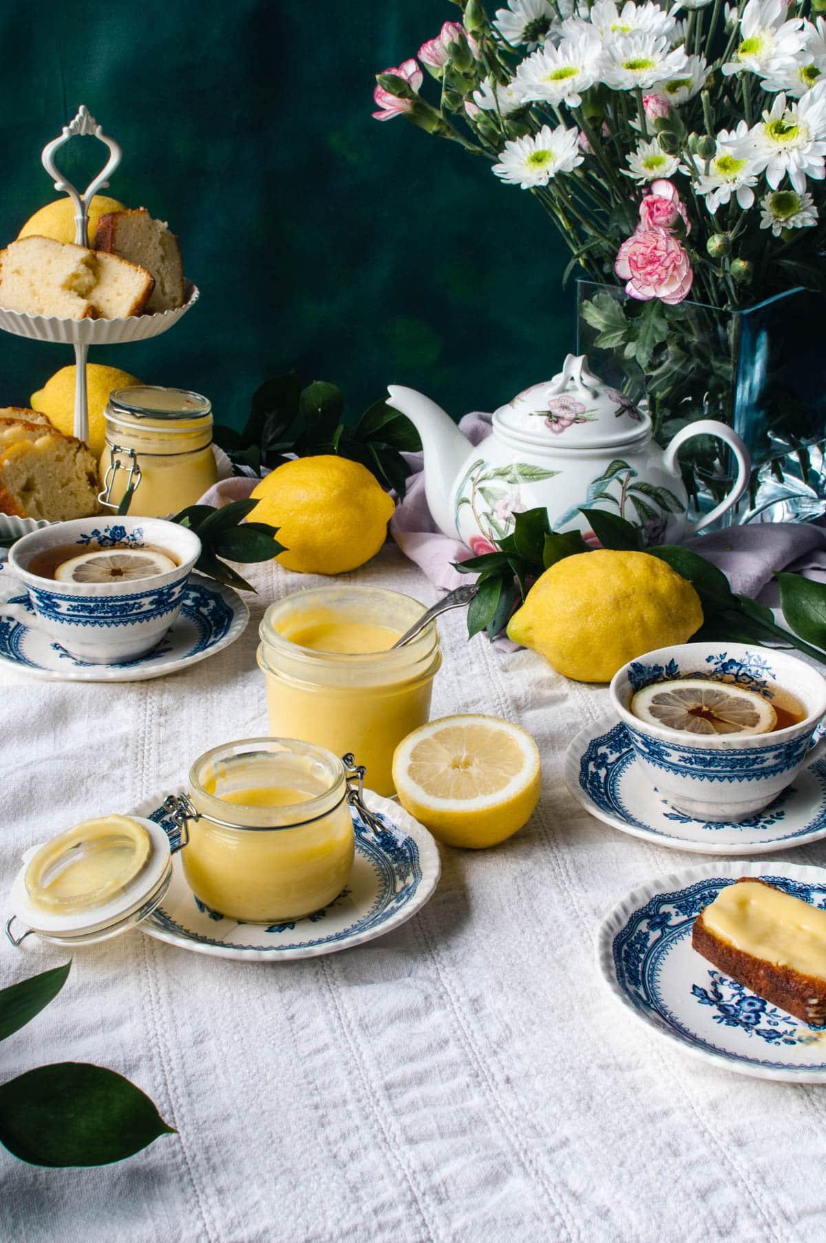 Teekattaus. Lemon curdia, vaaleaa leipää ja teetä.