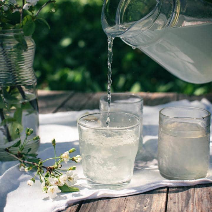 Sokeritonta limonadia kaadetaan kannusta lasiin.